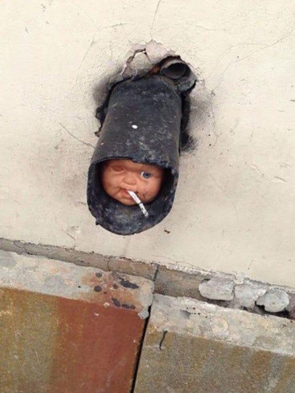 голова куклы в трубе