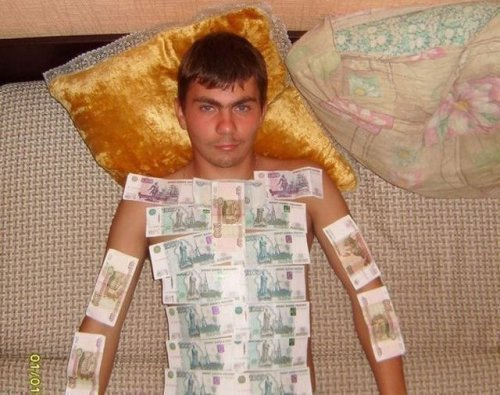 парень с деньгами на теле