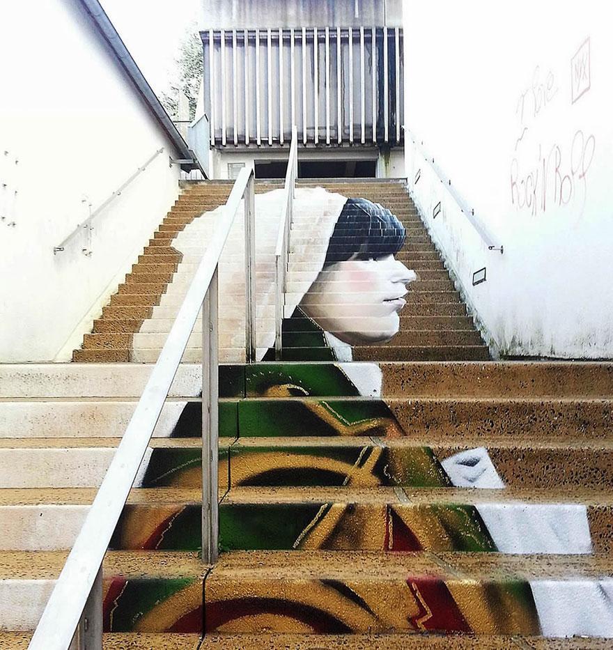 портрет девушки на лестнице