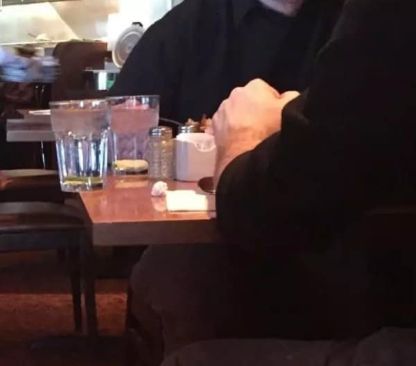 стакан с водой на краю стола