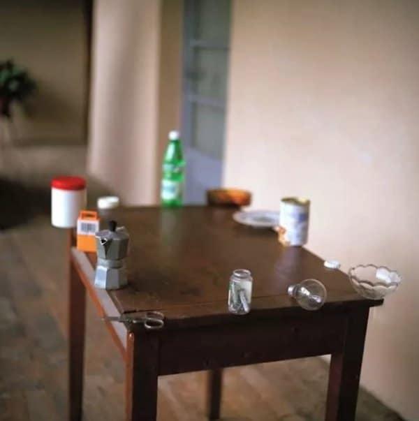 стол с предметами по краям