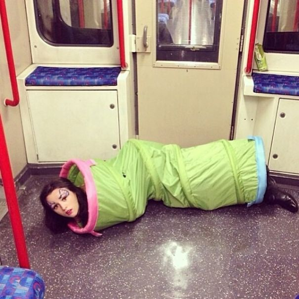 девушка на полу в метро