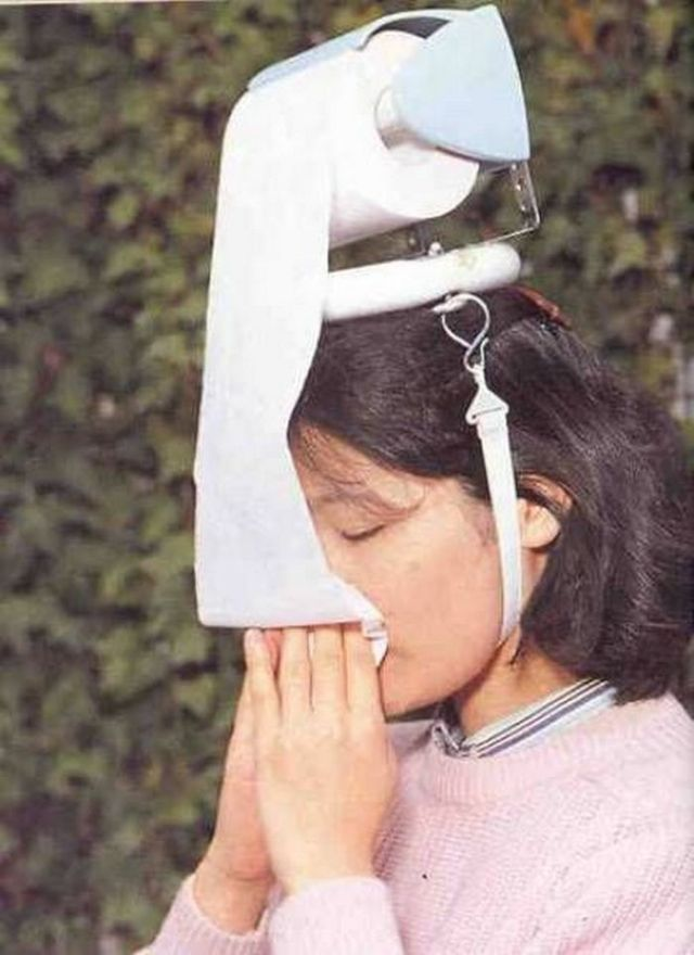 туалетная бумага на голове у девушки