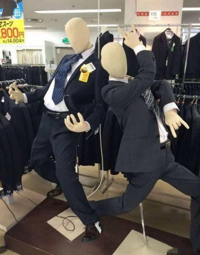забавные манекены в магазине