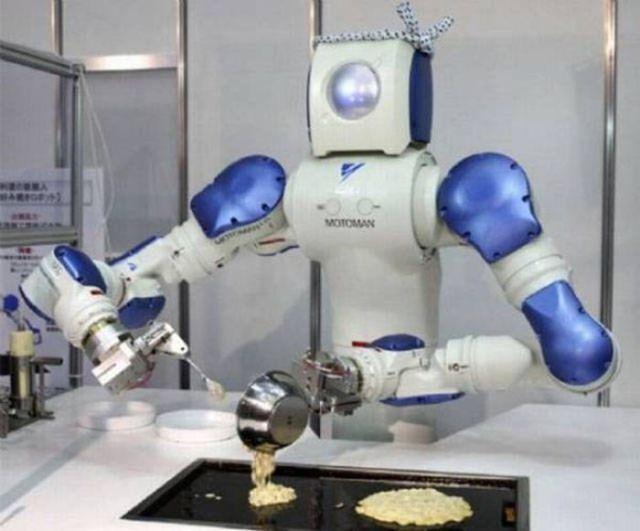 робот готовит завтрак