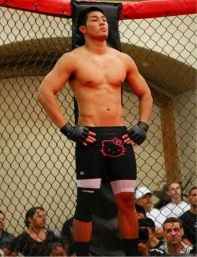 японский боксер в шортах с Хэлло Китти