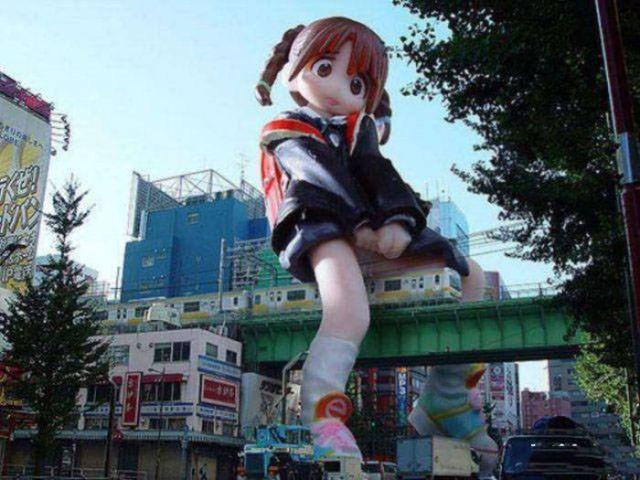 огромное строение в виде девочки над мостом