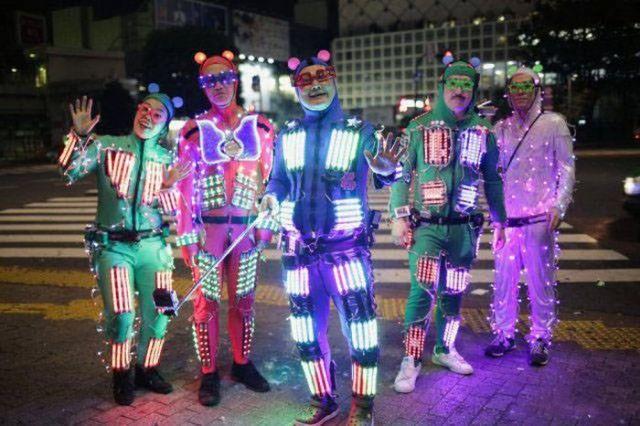 японцы в светящихся костюмах