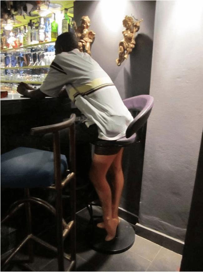 парень в баре