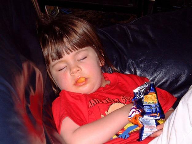 ребенок заснул во время еды
