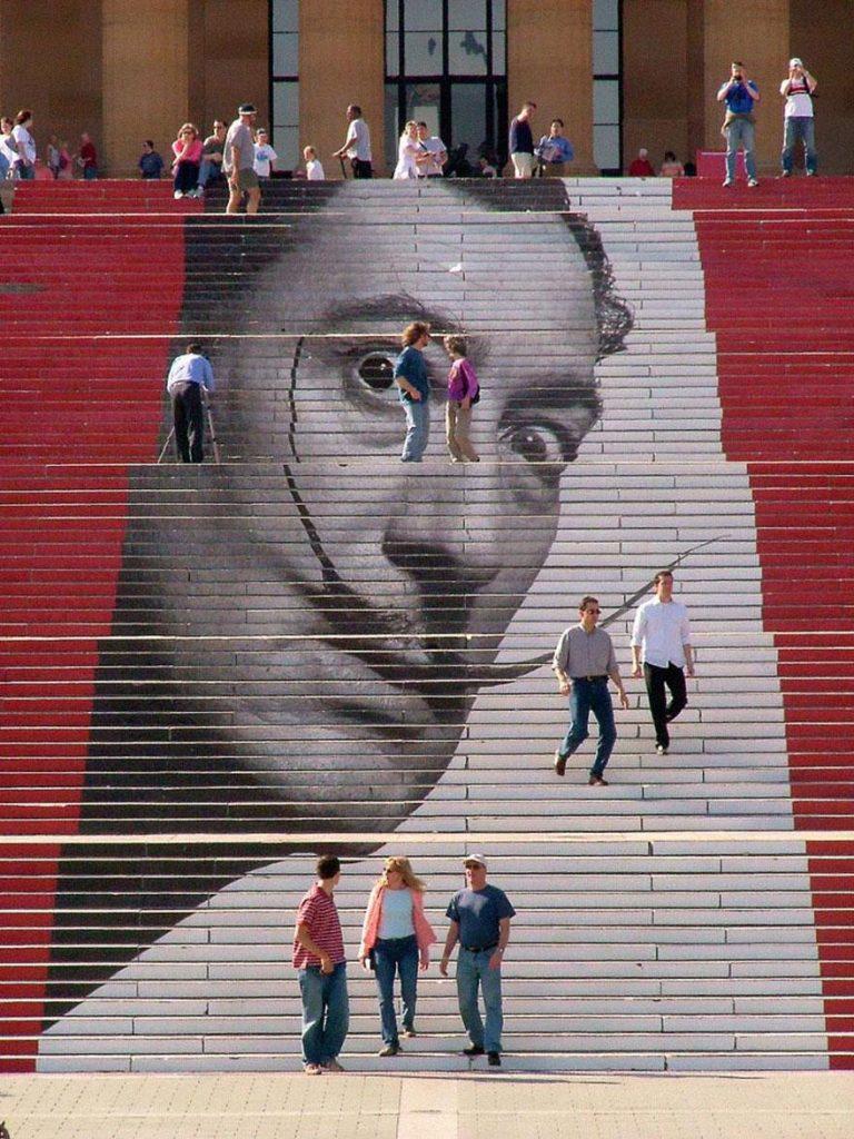 портрет сальвадора дали на ступеньках