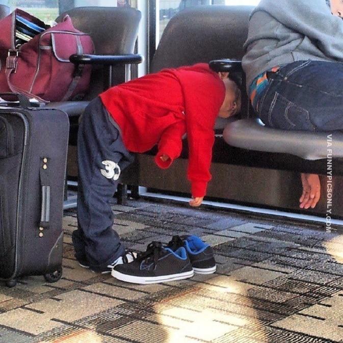 мальчик спит стоя