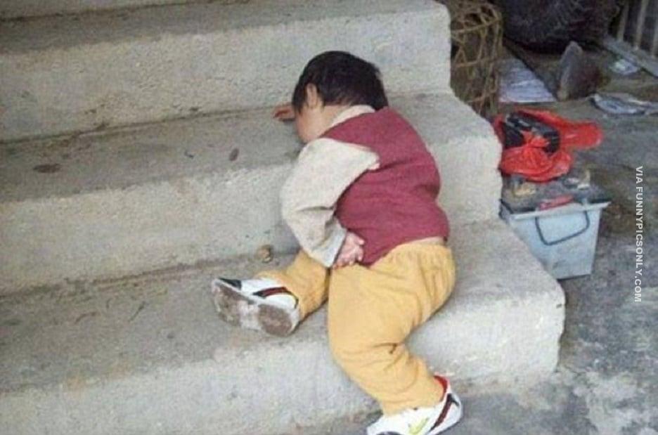ребенок спит на ступеньках