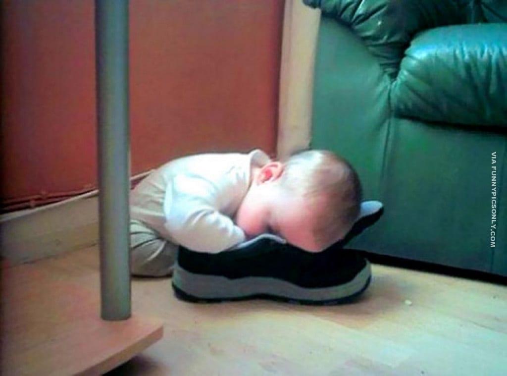 малыш спит лицом в обуви