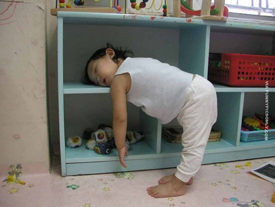 девочка спит на полке