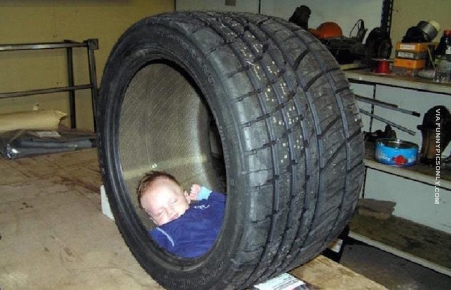 мальчик спит в шине