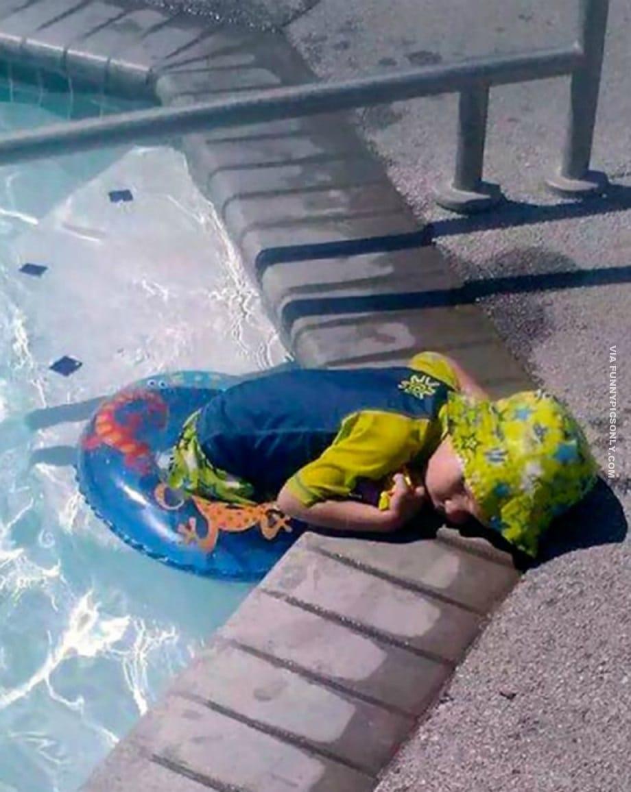 ребенок спит в бассейне