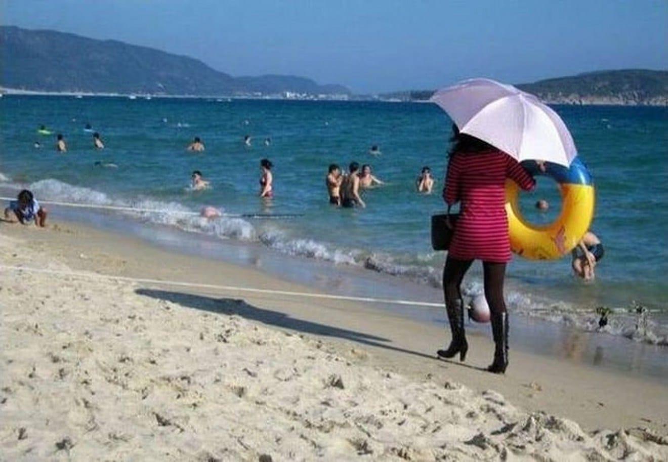 девушка в сапогах на пляже