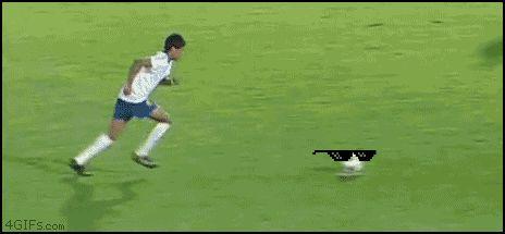 футболист забивает гол