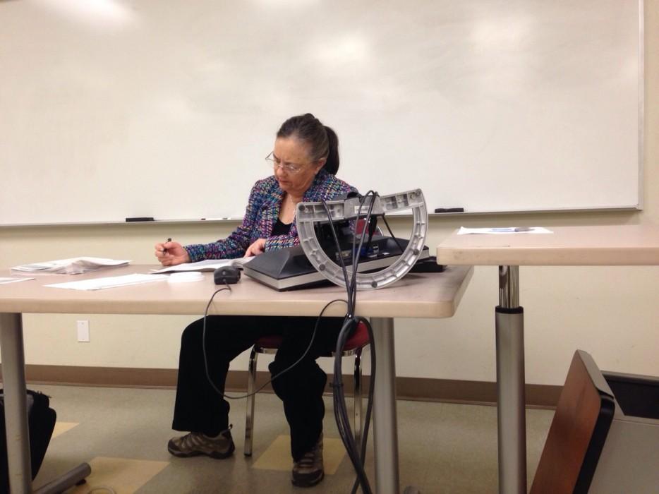 учитель за столом