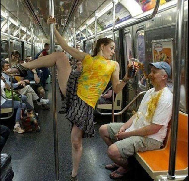 девушка танцует в метро