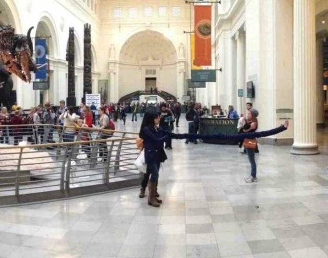 панорамное фото: девочка делает селфи