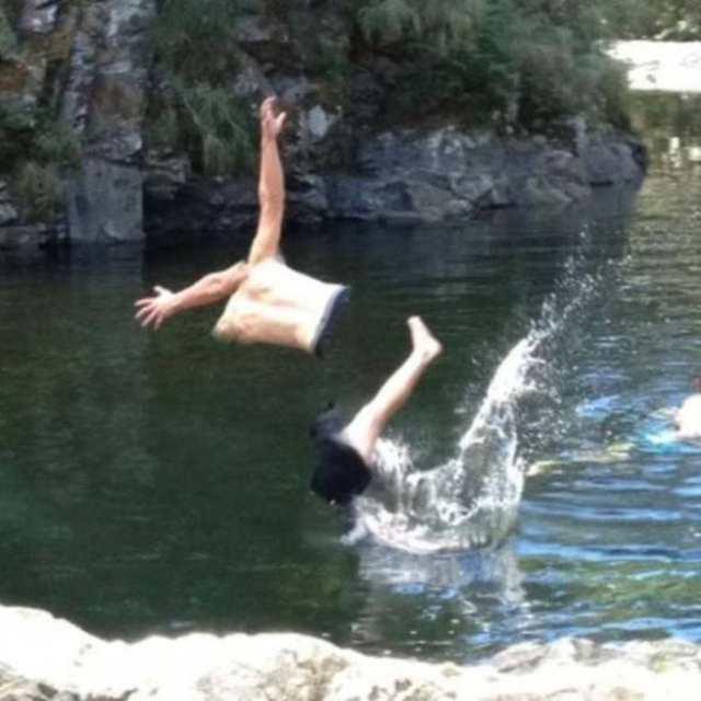 панорамное фото: мужчина прыгнул в воду