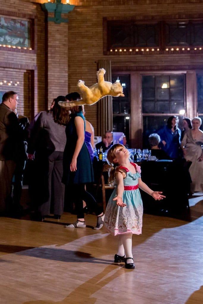 девочка танцует с игрушечным котом
