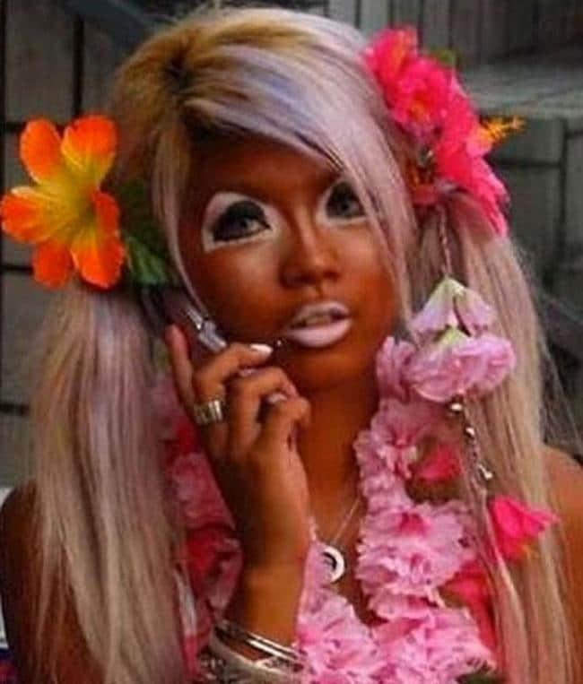 блондинка с автозагаром на лице