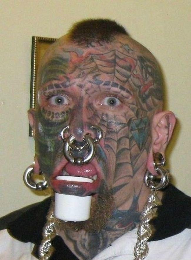 парень с лицом в татуировках