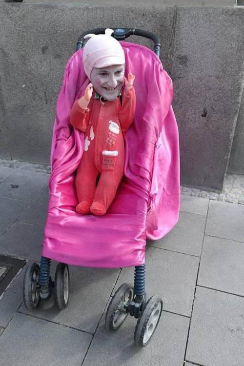 кукла в розовой коляске