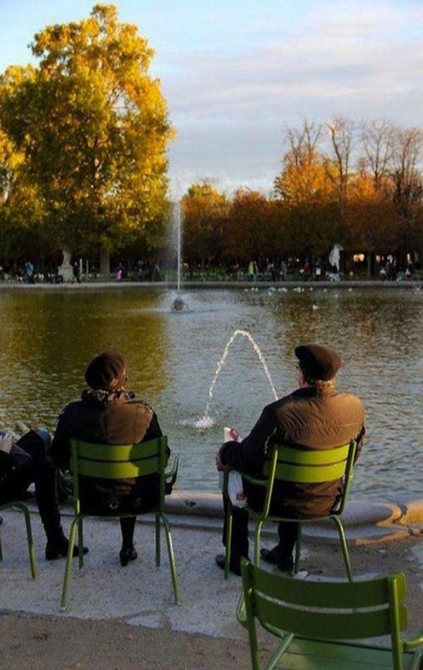 мужчины сидят перед озером