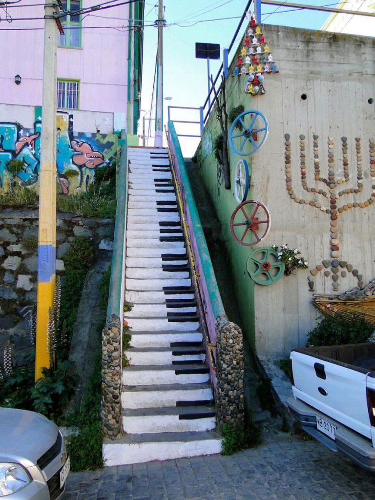 ступеньки разрисованные под клавиши пианино