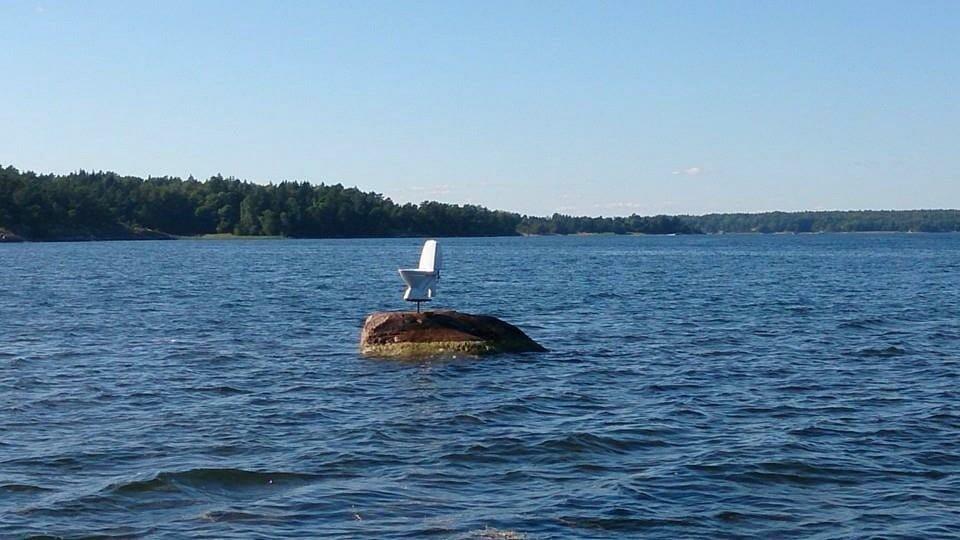 унитаз посреди озера