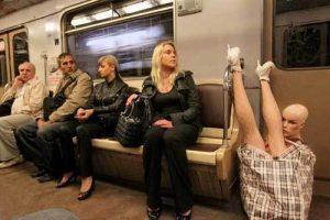 манекен в вагоне метро