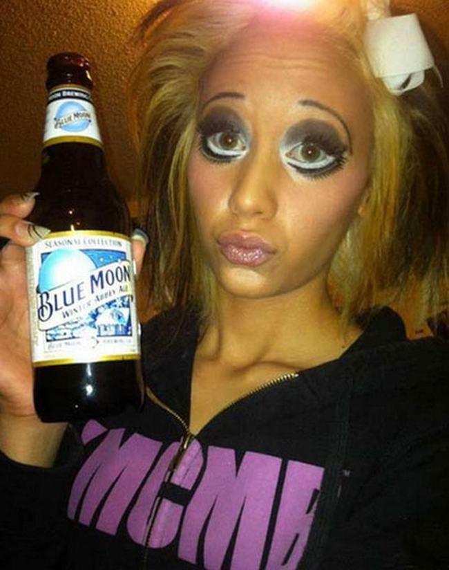 блондинка с бутылкой пива