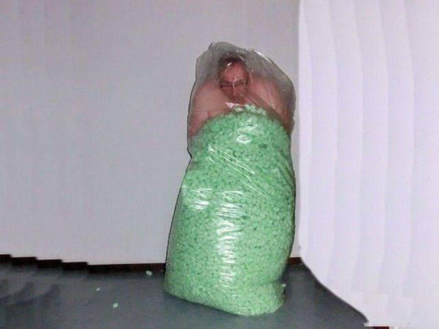 мужчина в мешке