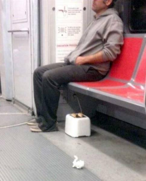 мужчина с тостером в метро