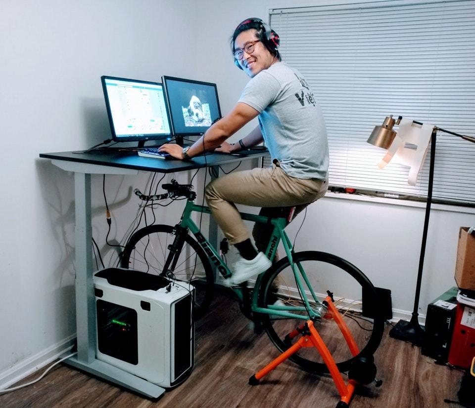 парень на велосипеде перед монитором