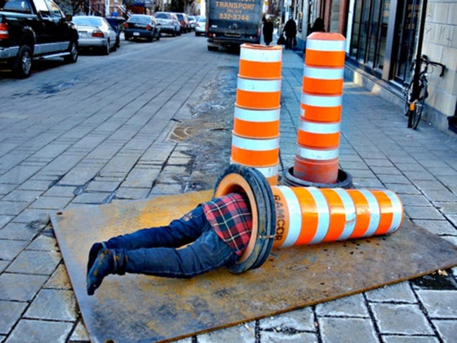 мужчина спит на тротуаре