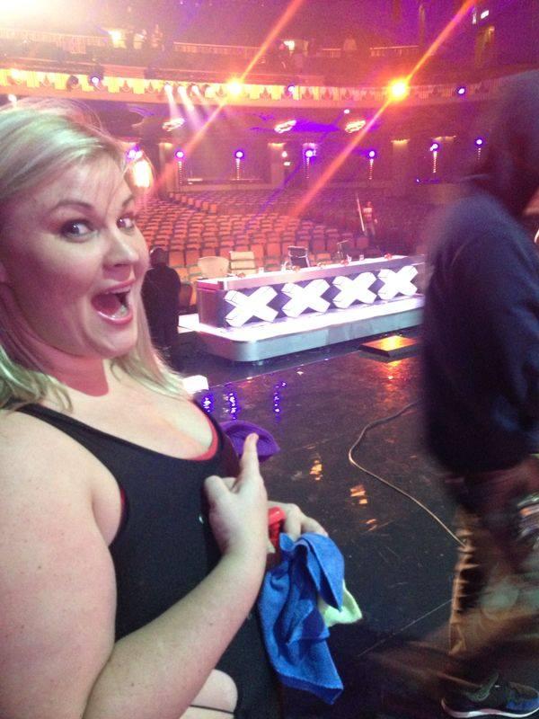 девушка показывает на стол жюри шоу талантов
