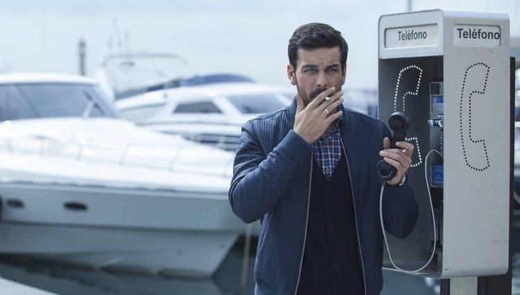 мужчина с сигаретой у телефона