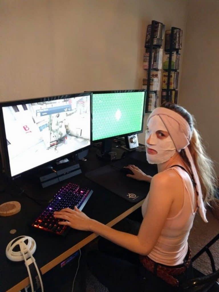 девушка в маске перед компьютером