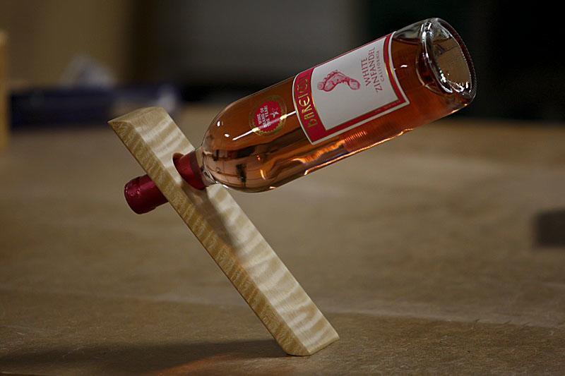 бутылка вина и подставка