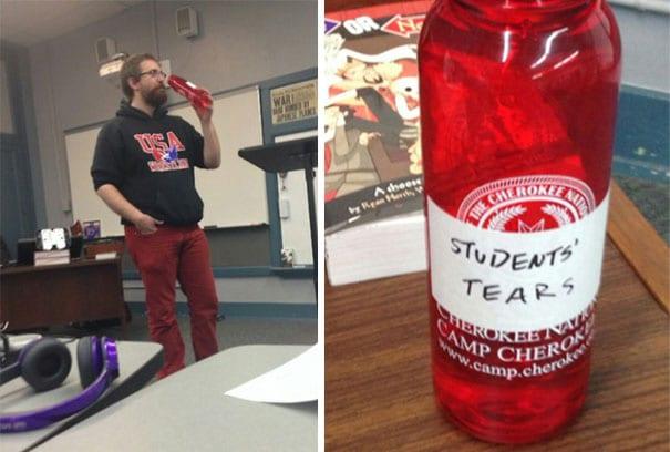 учитель с бутылкой в руках