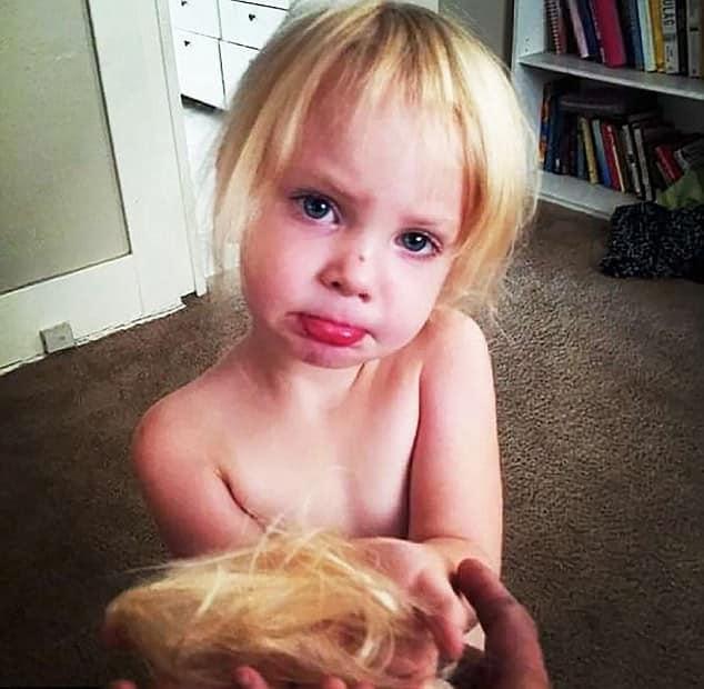 девочка подстригла волосы