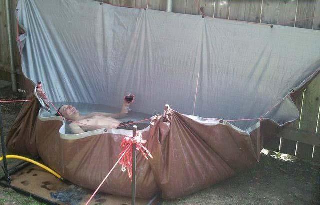 мужчина в самодельном бассейне