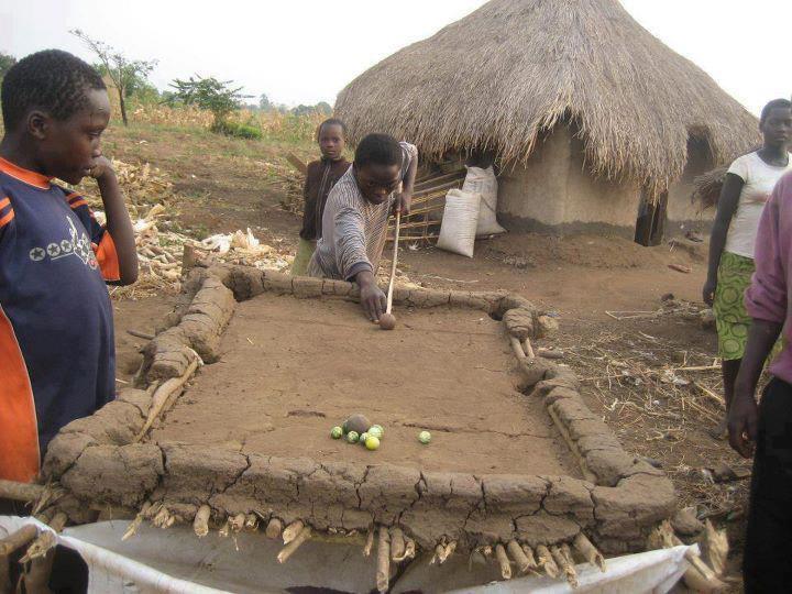 чернокожие парни играют в бильярд
