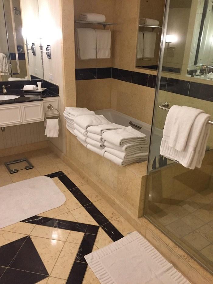 много полотенец в ванной комнате