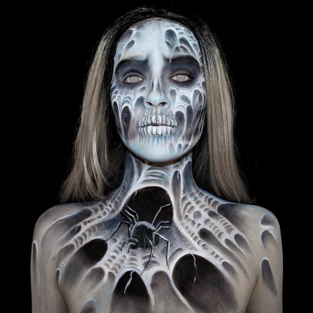 девушка с нарисованной паутиной на теле